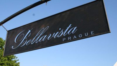 Bellavista: Entry Sign of the Restaurant Garden Prague © echonet.at / rv